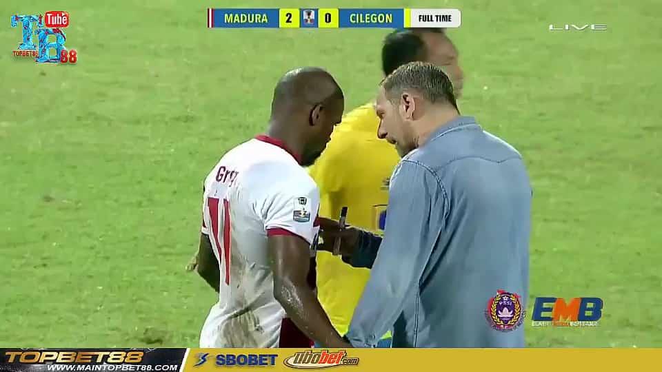 Pelatih Madura United Langsung Temui Greg Di Tengah Lapangan Ada Apa Media Jatim