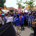 Tolak RUU Omnibus Law, Ribuan Mahasiswa di Pamekasan Banjiri Kantor DPRD