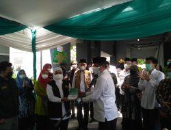 Di Tengah Vaksinasi, Gubernur Jatim Dapat Hadiah Buku Sejarah Kiai Achmad